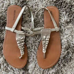 Nero a size 7 gold sandals
